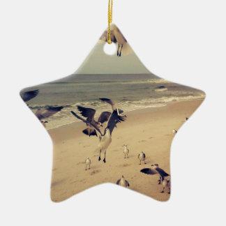 ビーチで飛んでいるカモメ セラミックオーナメント
