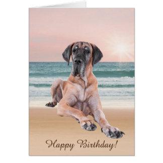ビーチに坐っているカスタムでかわいいグレートデーン犬 カード