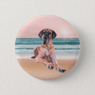 ビーチに坐っているカスタムでかわいいグレートデーン犬 5.7CM 丸型バッジ
