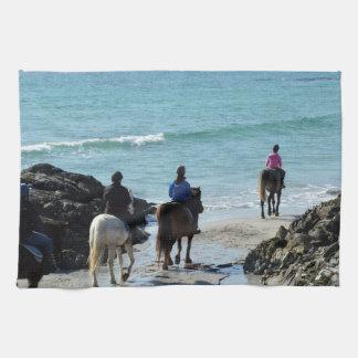 ビーチに沿って移住している子馬 キッチンタオル