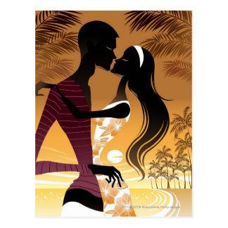 ビーチに立つ若いカップルの側面図 ポストカード