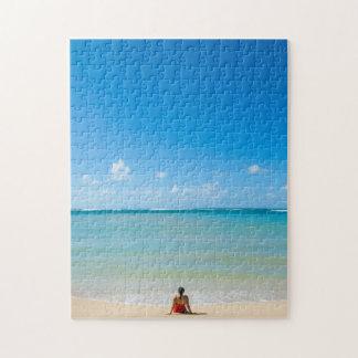 ビーチに、Kawela湾坐っている、女性ハワイ ジグソーパズル