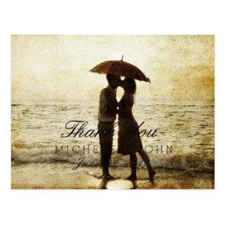ビーチのカップルはまたは感謝していしています ポストカード