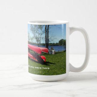 ビーチのカヌー コーヒーマグカップ
