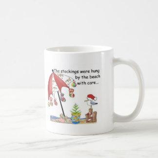 ビーチのクリスマス コーヒーマグカップ