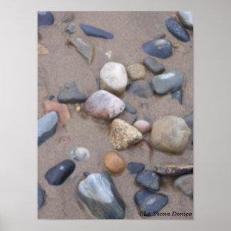 ビーチのクローズアップの小石 ポスター