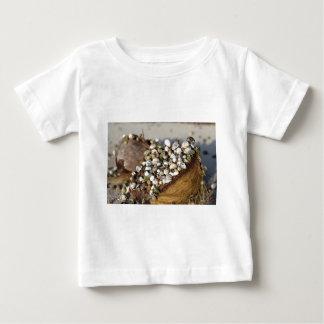 ビーチのココナッツ殻のヤドカリ ベビーTシャツ