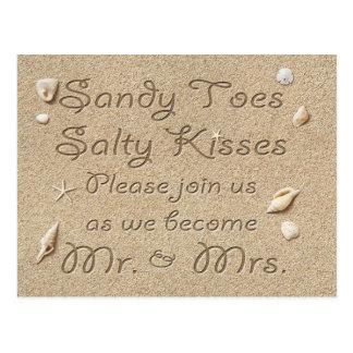 ビーチのサンディのつま先の塩辛いキスは日付を救います ポストカード