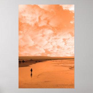 ビーチのシルエットの単独子供 ポスター