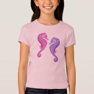 ビーチのテーマのピンクおよび紫色のタツノオトシゴ Tシャツ