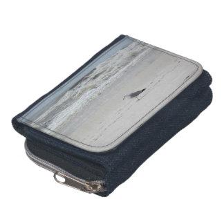 ビーチのデニムの財布のカモメ