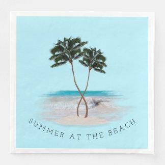 ビーチのナプキンの2つのヤシの木の夏