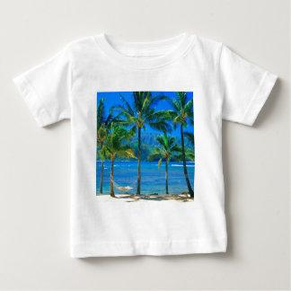 ビーチのハンモックカウアイ島ハワイ ベビーTシャツ