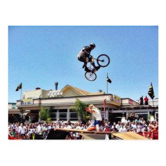 ビーチのバイクの跳躍 ポストカード