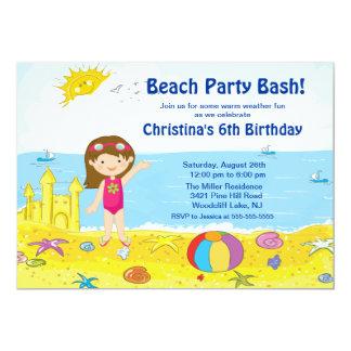 ビーチのパーティガールの水泳の誕生日の招待状 カード