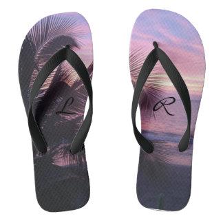 ビーチのビーチサンダルのロマンチックな歩行 ビーチサンダル