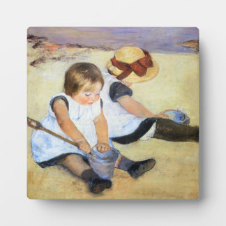 ビーチのプラクで遊んでいるメリーCassatt子供 フォトプラーク