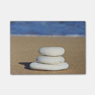 ビーチのポスト・イットの禅の石 ポストイット