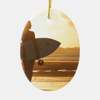 ビーチのメスのサーファー 陶器製卵型オーナメント