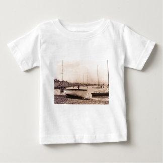 ビーチの伝統的なボート ベビーTシャツ