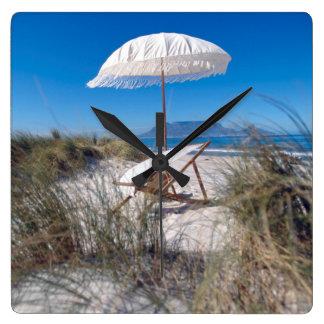 ビーチの傘そして椅子 スクエア壁時計