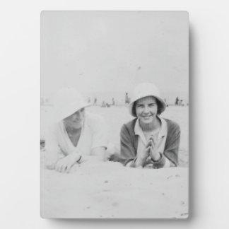 ビーチの古いイメージの女性-写真のプラク及びイーゼル フォトプラーク