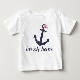ビーチの可愛い人-女の赤ちゃんのワイシャツ。 いかり。 海事 ベビーTシャツ