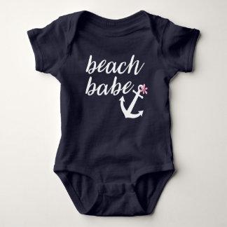 ビーチの可愛い人-女の赤ちゃんの用品類。 いかり。 青い ベビーボディスーツ