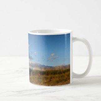 ビーチの塀のコーヒー・マグ コーヒーマグカップ