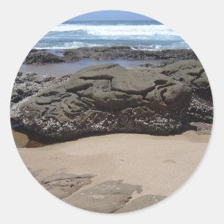 ビーチの大きい石 ラウンドシール