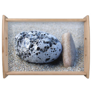 ビーチの小石のトレイ トレー