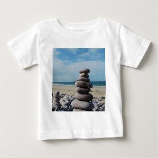 ビーチの小石の彫刻 ベビーTシャツ