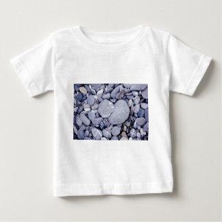 ビーチの小石 ベビーTシャツ