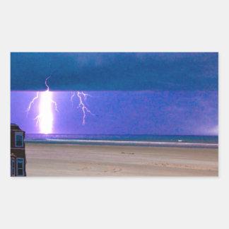 ビーチの嵐は見るために美しいです 長方形シール