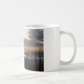 ビーチの日の出 コーヒーマグカップ