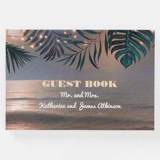ビーチの日没およびやしライト行先の結婚式 ゲストブック