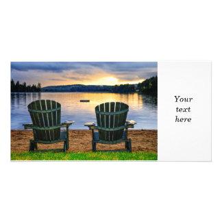 ビーチの日没の木の椅子 カード