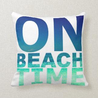 ビーチの時間青及びターコイズのタイポグラフィの枕 クッション