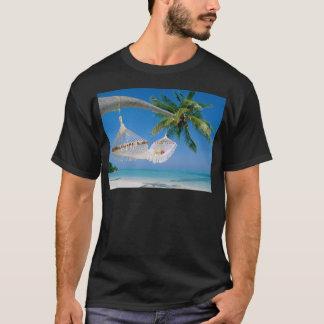 ビーチの楽園の休暇のハンモック Tシャツ