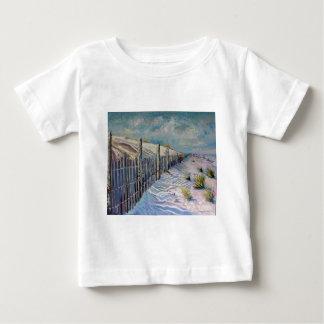 ビーチの歩行 ベビーTシャツ