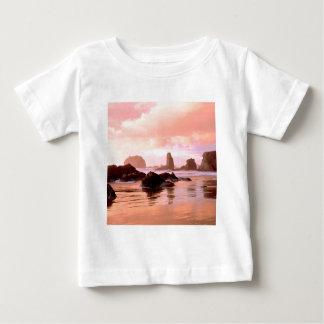 ビーチの沿岸日没の顔の石Bandon ベビーTシャツ