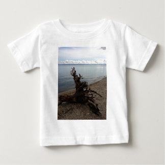 ビーチの流木 ベビーTシャツ