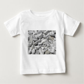 ビーチの海岸からの小石の質 ベビーTシャツ