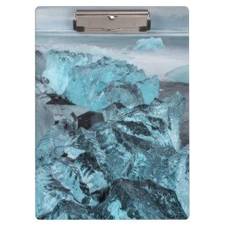 ビーチの海景の青い氷、アイスランド クリップボード