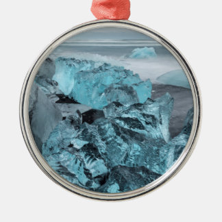ビーチの海景の青い氷、アイスランド シルバーカラー丸型オーナメント