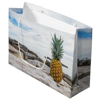 ビーチの熱帯パイナップル ラージペーパーバッグ