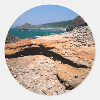 ビーチの砂岩腐食のカワウソの路傍 ラウンドシール