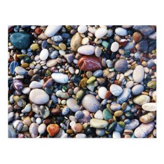 ビーチの終わりの海の小石そして石 ポストカード