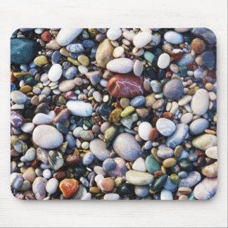 ビーチの終わりの海の小石そして石 マウスパッド