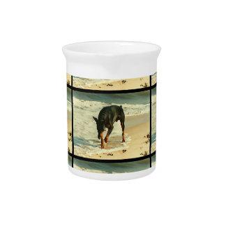 ビーチの絵画のイメージのドーベルマン犬 ピッチャー